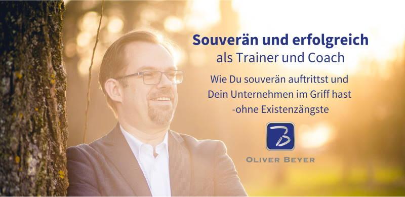 """Coverbuld für die Facebook-Gruppe """"Souverän und erfolgreich als Trainer und Coach"""" - Train the trainer Konzept - Oliver Beyer lehnt am Baum und lächelt der Abendsonne entgegen"""